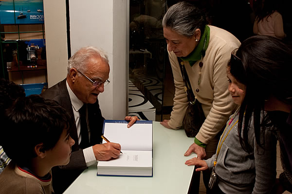 inservi_signing_x600_2